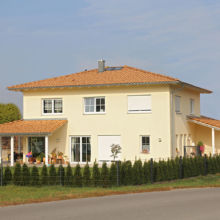 Gelbes Einfamilienhaus erstellt durch die Fa. Andreas Bauer GmbH in Mitterskirchen aus einem anderen Blickwinkel