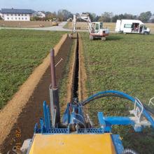 Ausheben eines Kanals für eine Wasserleitung aus einer anderen Perspektive