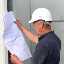 Mitarbeiter der Fa. Andreas Bauer GmbH beim Lesen eines Bauplanes