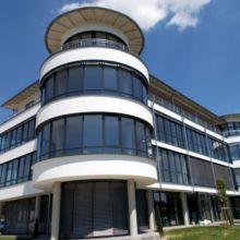 Modernes Geschäftshaus erstellt durch die Fa. Andreas Bauer GmbH aus einem anderen Blickwinkel