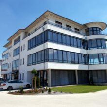 Modernes Geschäftshaus erstellt durch die Fa. Andreas Bauer GmbH aus einer anderen Perspektive