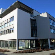 Schlichtes Geschäftshaus erstellt durch die Fa. Andreas Bauer GmbH aus einem anderen Blickwinkel